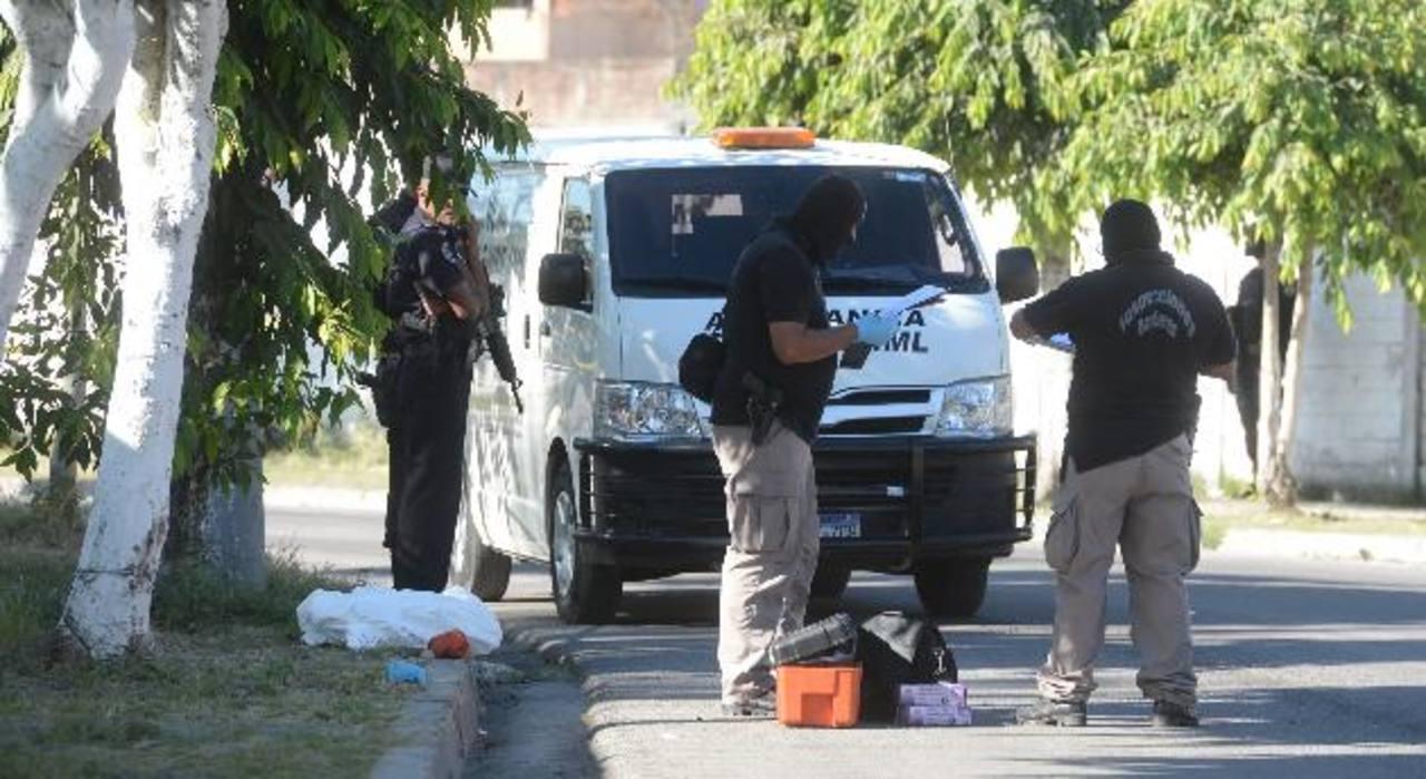Un ladrón, que según las autoridades era pandillero, fue ultimado por un policía que estaba de descanso. El hecho ocurrió en una panadería de la comunidad Providencia, en San Salvador. Otros dos delincuentes lograron escapar. Foto EDH / Claudia Casti