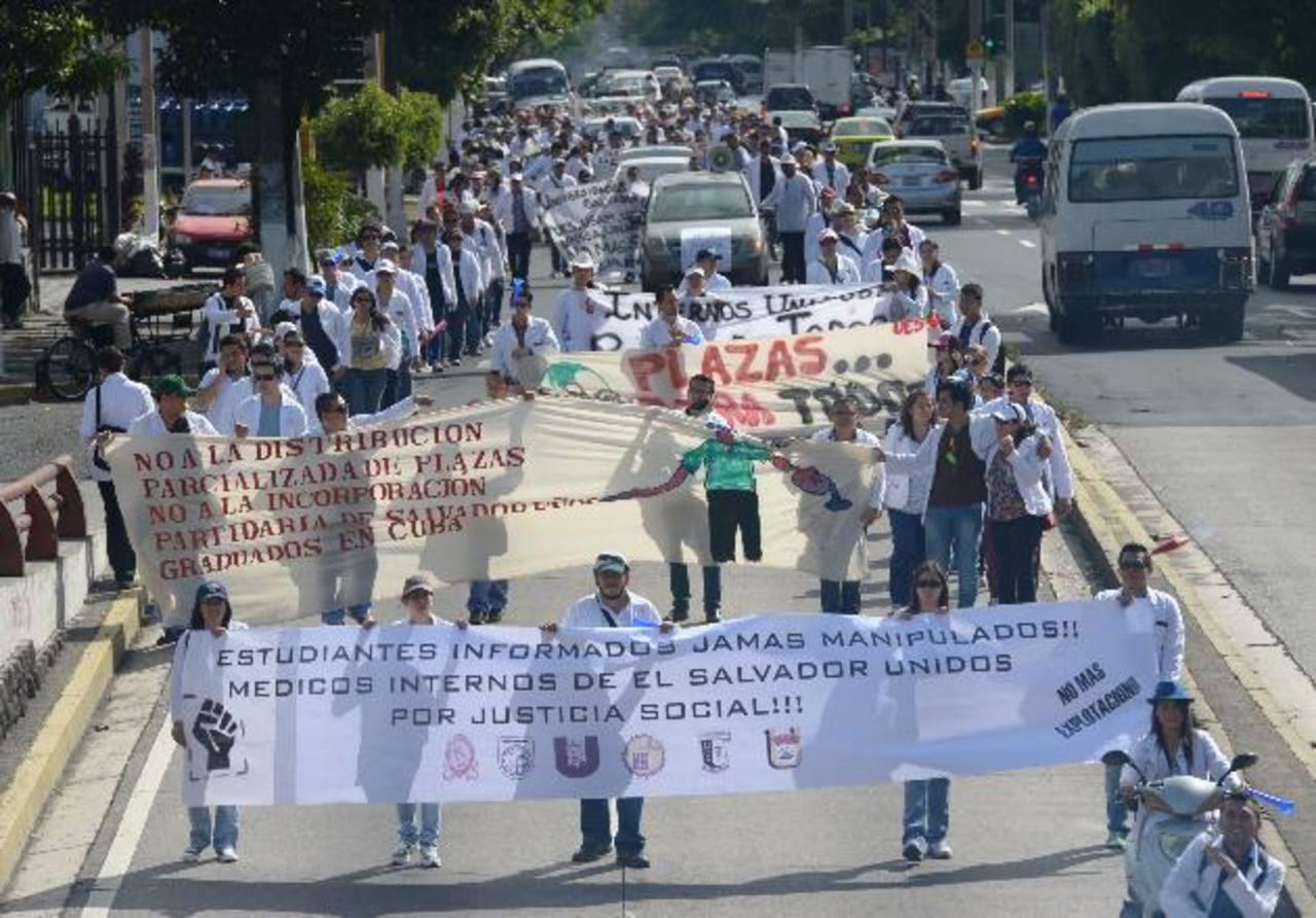 El lunes pasado, los médicos internos marcharon hacia Casa Presidencial.