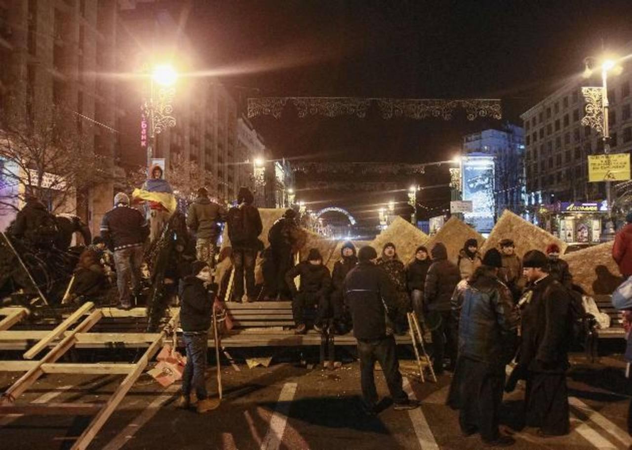 Ayer los manifestantes bloqueaban la vía de acceso al principal edificio de Gobierno. foto edh / reuters