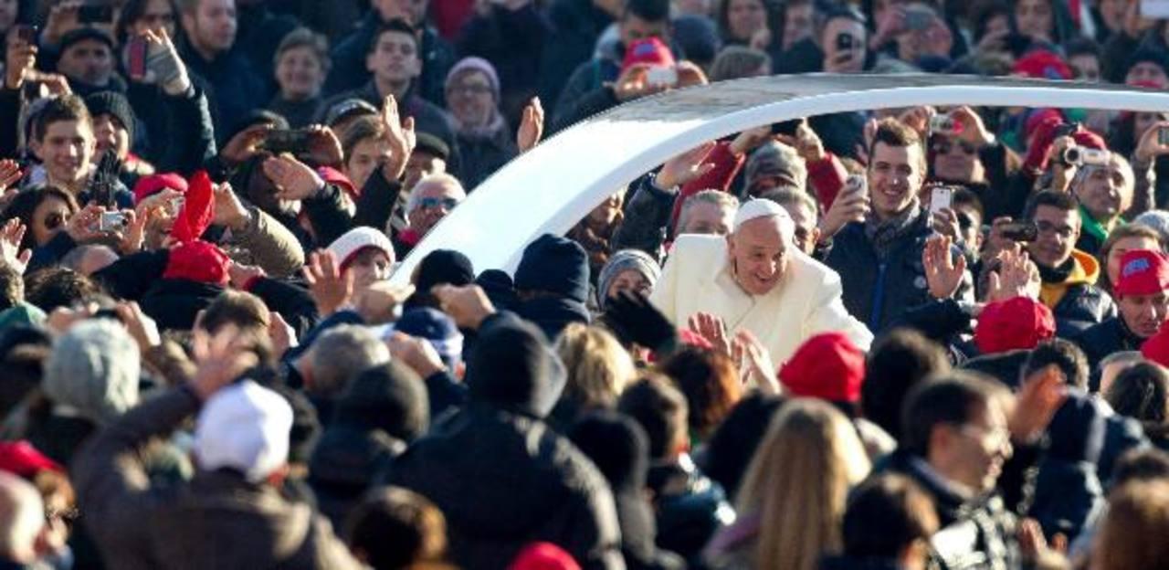 El Papa Francisco saluda a los fieles a su llegada a la audiencia general en la Plaza de San Pedro de la Ciudad del Vaticano. foto edh / efe