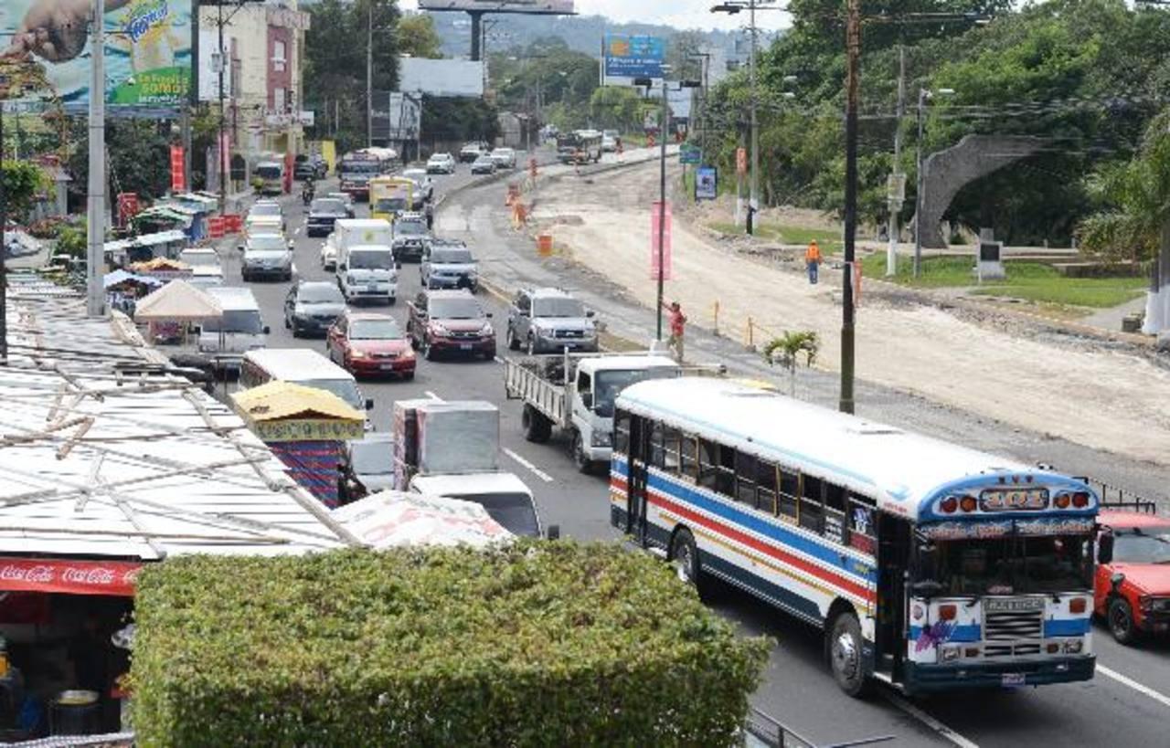 En el tramo frente a la Ceiba de Guadalupe aún siguen las obras, lo que genera en horas pico y de poco tráfico inconvenientes viales. El MOP prevé habilitar la zona restringida la próxima semana.