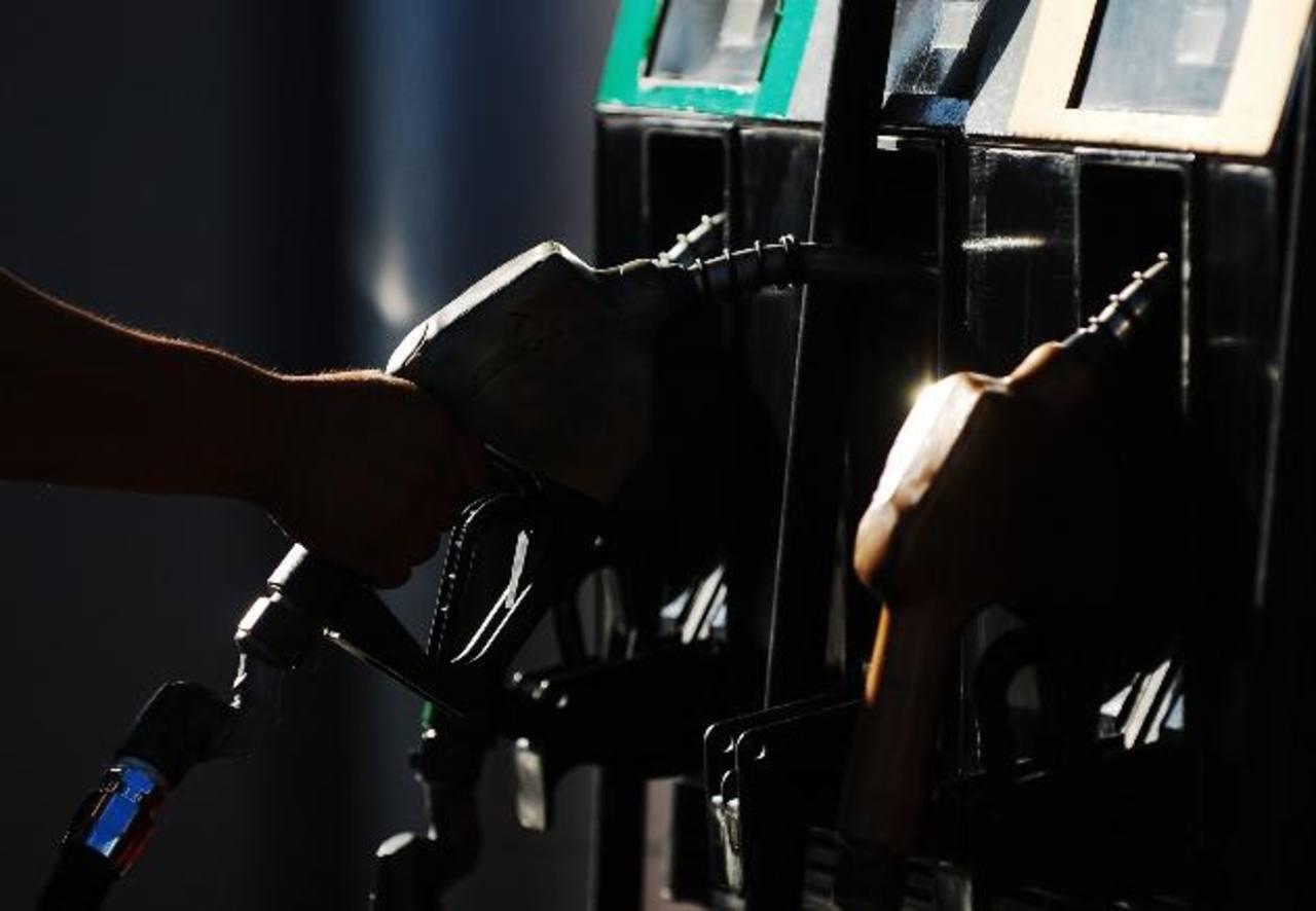 Las gasolinas y el diésel subirán de precio en todas las zonas del país, según el Ministerio de Economía. Foto EDH / archivo