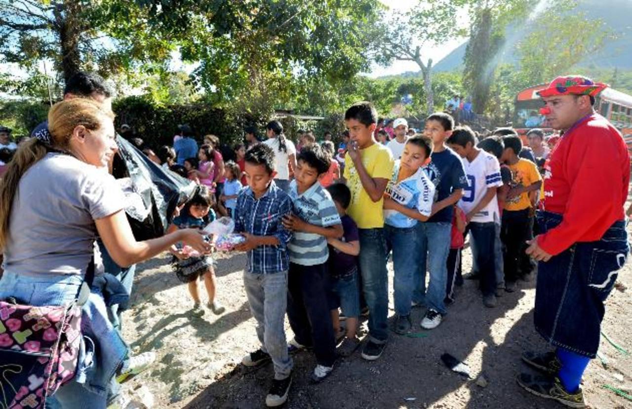 En cantón El Paste lo más esperado por los chicos fue la entrega de los juguetes sorpresa.