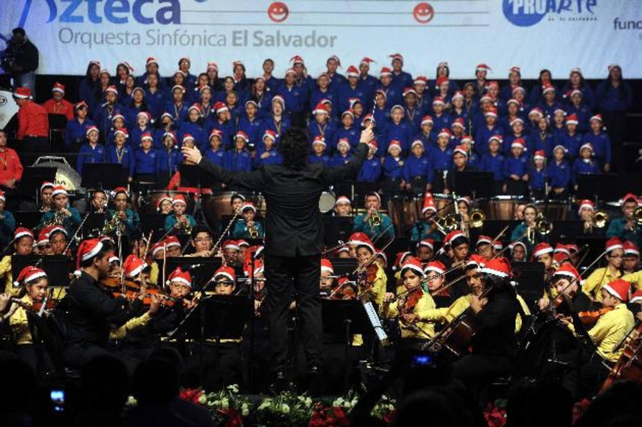 La fiesta navideña se pudo apreciar en cada una de las melodías interpretadas por los integrantes de la Orquesta Esperanza Azteca y la Sinfónica Juvenil. foto EDH / marlOn hernández