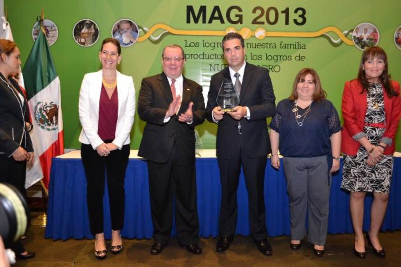 """Representantes de Walmart México y Centroamérica reciben el reconocimiento """"Cosecha MAG 2013"""". foto edh / mario díaz"""