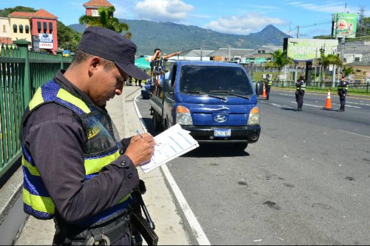 Las cinco personas fueron detenidas en carretera al Puerto de La Libertad. Foto EDH