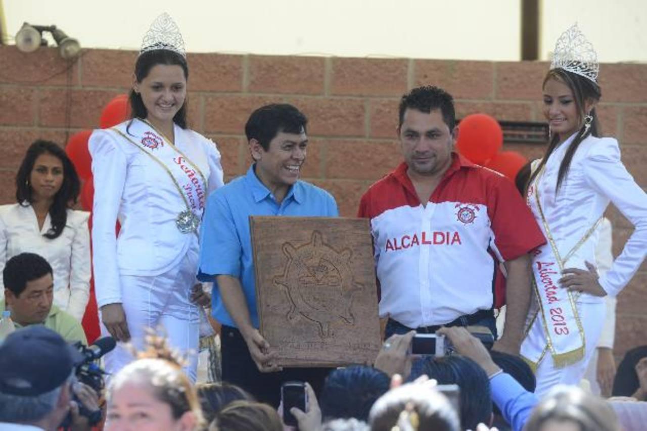 El cantante recibió la placa de manos del alcalde de La Libertad Carlos Molina, acompañado de las reinas de las fiestas.