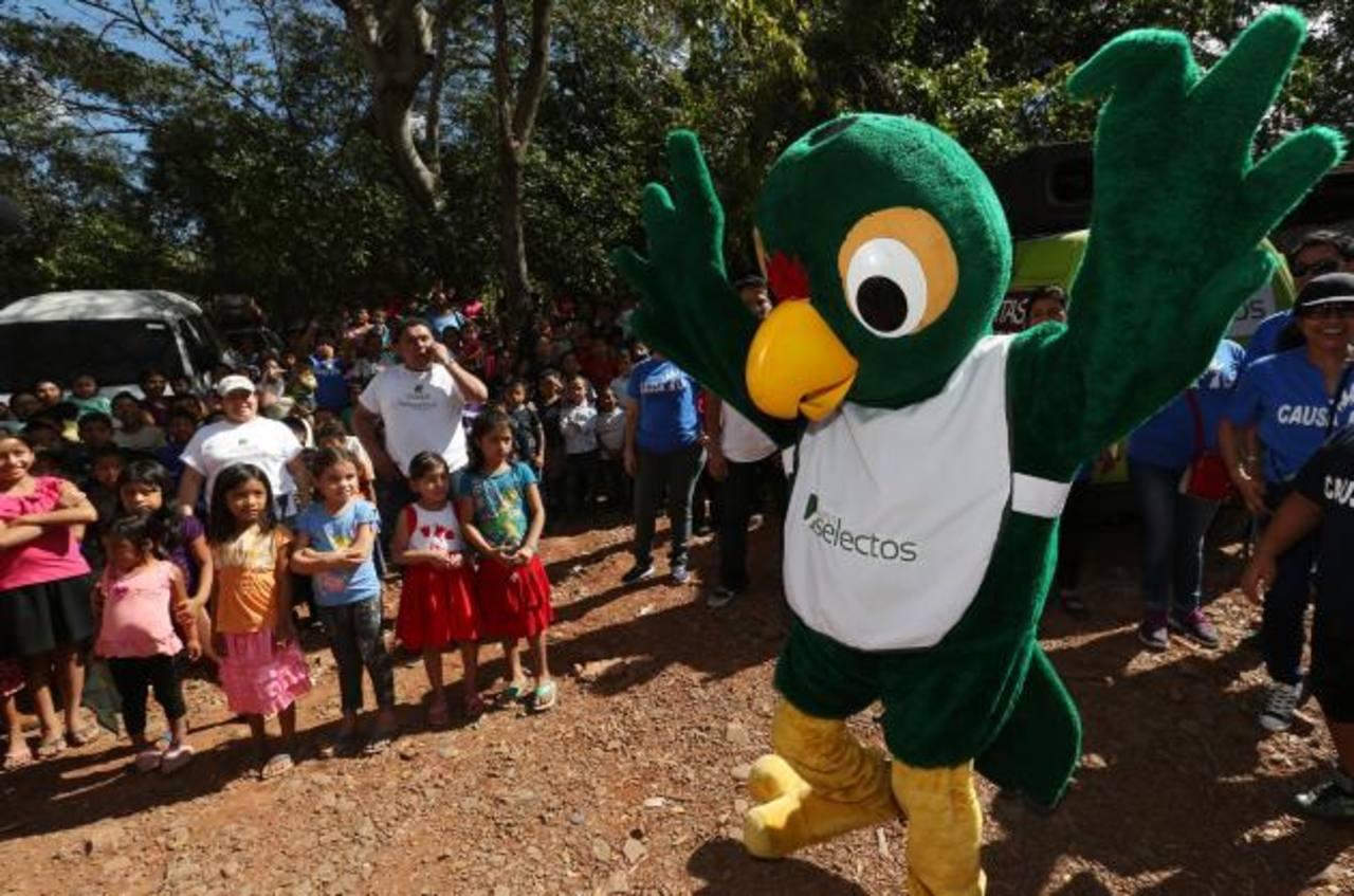 La mascota Chamba Perico compartió alegría y diversión con todos los pequeños. foto EDH/ cortesía