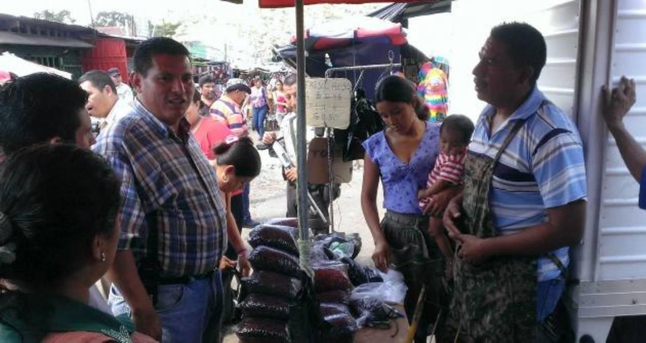 Las autoridades municipales reubicaron a algunos vendedores en las afueras del mercado Colón. Los pasaron de una calle a otra. Fotos EDH / Milton Jaco