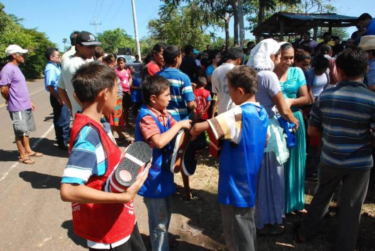 Los donativos fueron entregados por una comitiva de El Piche, que fue encabezada por Enot Rubio. Foto EDH / insy Mendoza