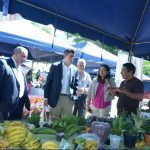 Carlos Calleja, durante un recorrido por el mercado en las instalaciones del Ministerio de Agricultura. foto edh / rené estrada