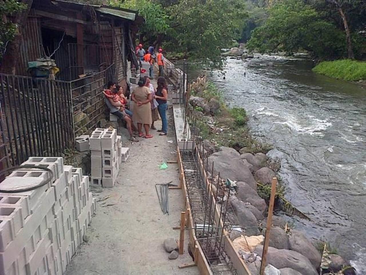En la comunidad Bendición de Dios serán 74 personas las beneficiadas con la mejora de una ruta de evacuación. foto edhEn la comunidad Luces del Río se construyen 110 metros lineales en camino de evacuación. En ese lugar serán beneficiadas 45 personas