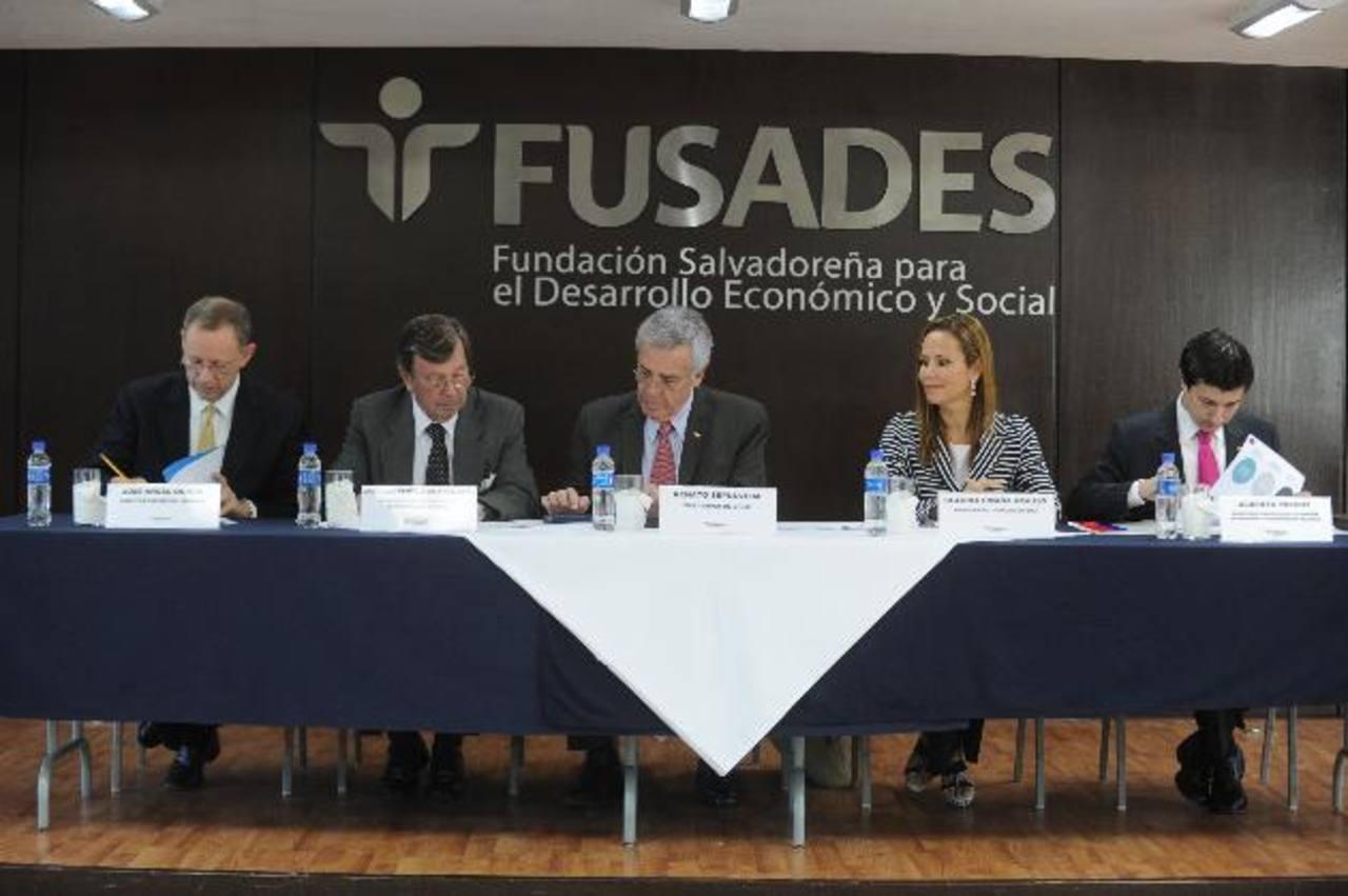 José Luis Santa María (consejero chileno), Renato Sepúlveda (embajador Chile), Claudia Umaña (fundación DTJ) y Alberto Pretch (secretario chileno) al inicio del evento. foto edh / lissette lemus