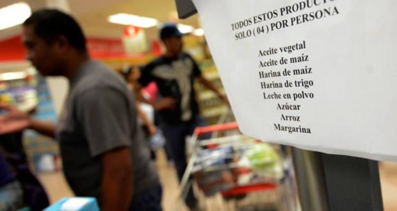 Los supermercados restringen las compras de los venezolanos en las filas para pagar. foto edh / reuters