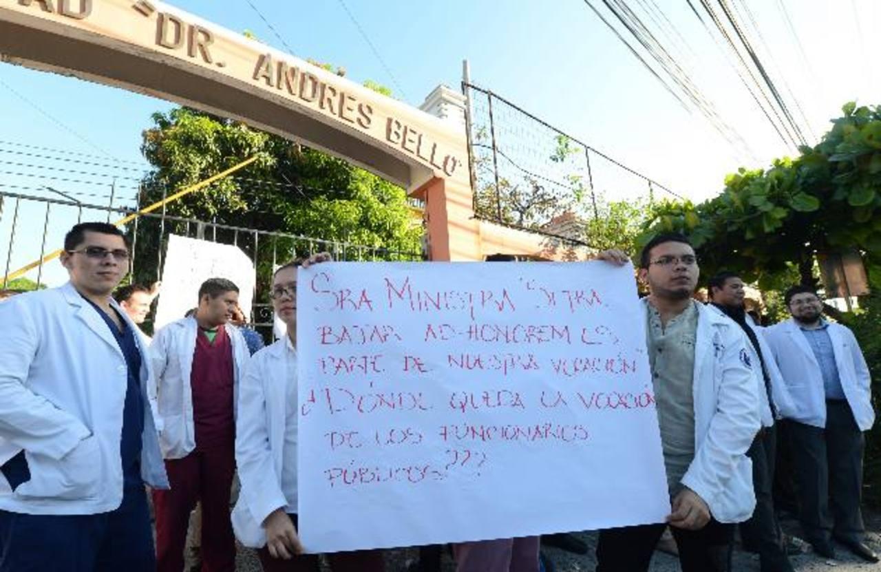 Estudiantes de Medicina de último año protestan frente a la Universidad Andrés Bello. Foto EDH / Claudia castillo