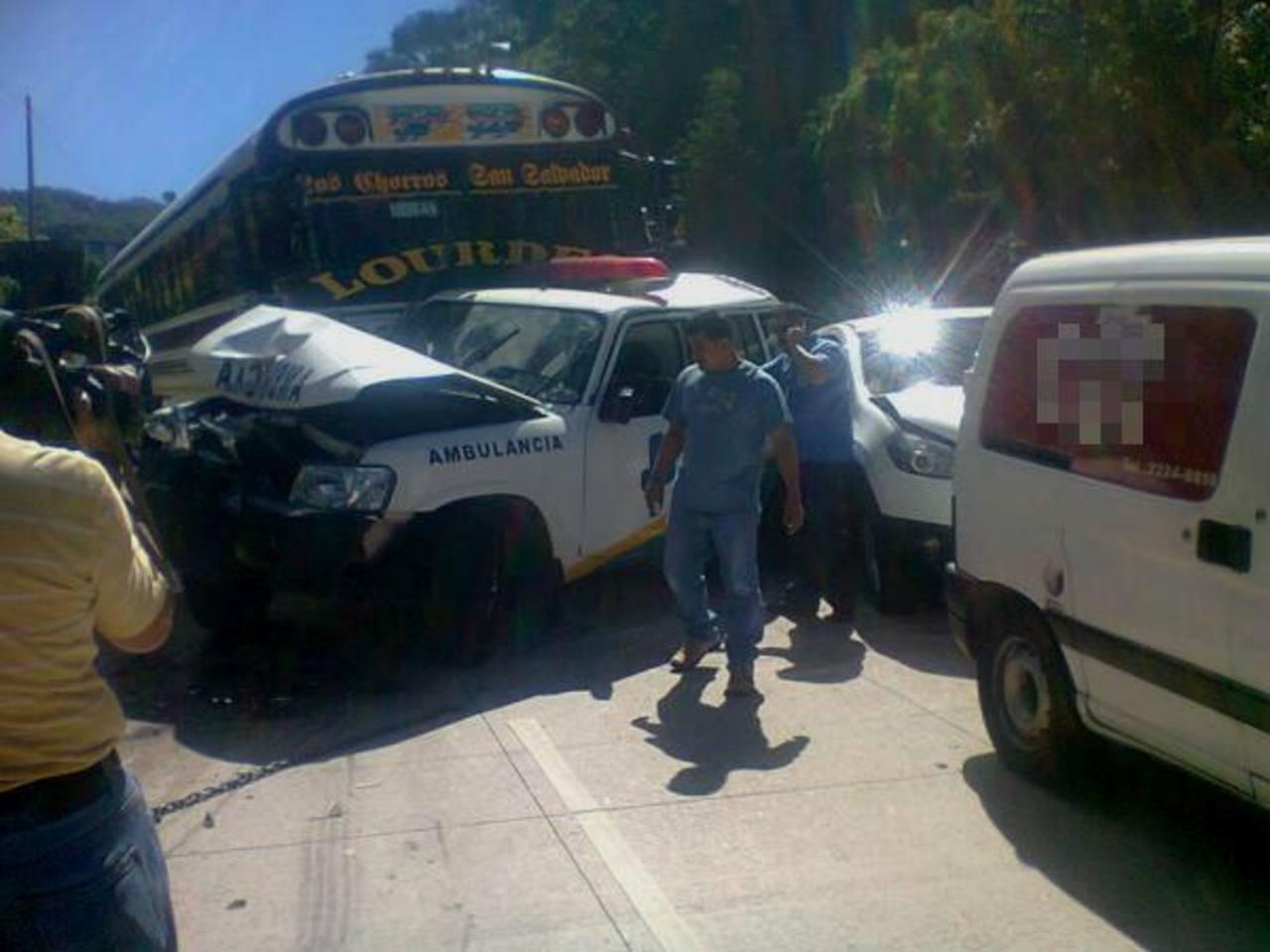 El múltiple accidente sobre el kilómetro 17 de la Autopista Los Chorros. Foto vía Twitter Patricia García
