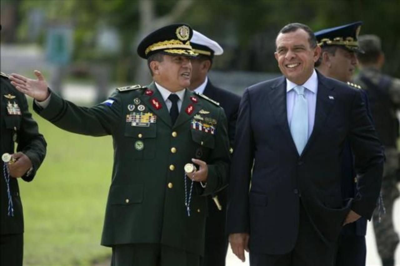 El presidente de Honduras, Porfirio Lobo (d), junto al jefe de las Fuerzas Armadas, René Osorio Canales (izq.). foto edh /archivo