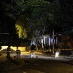 El cuerpo de un hombre semidesnudo fue abandonado el domingo en la colonia Guatemala, de San Salvador. Testigos vieron a unos sujetos bajarlo de un vehículo negro. Foto EDH