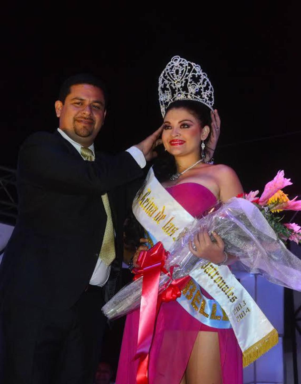 El alcalde Milla coronó a la nueva soberana de los festejos patronales. Foto EDH/ Insy Mendoza