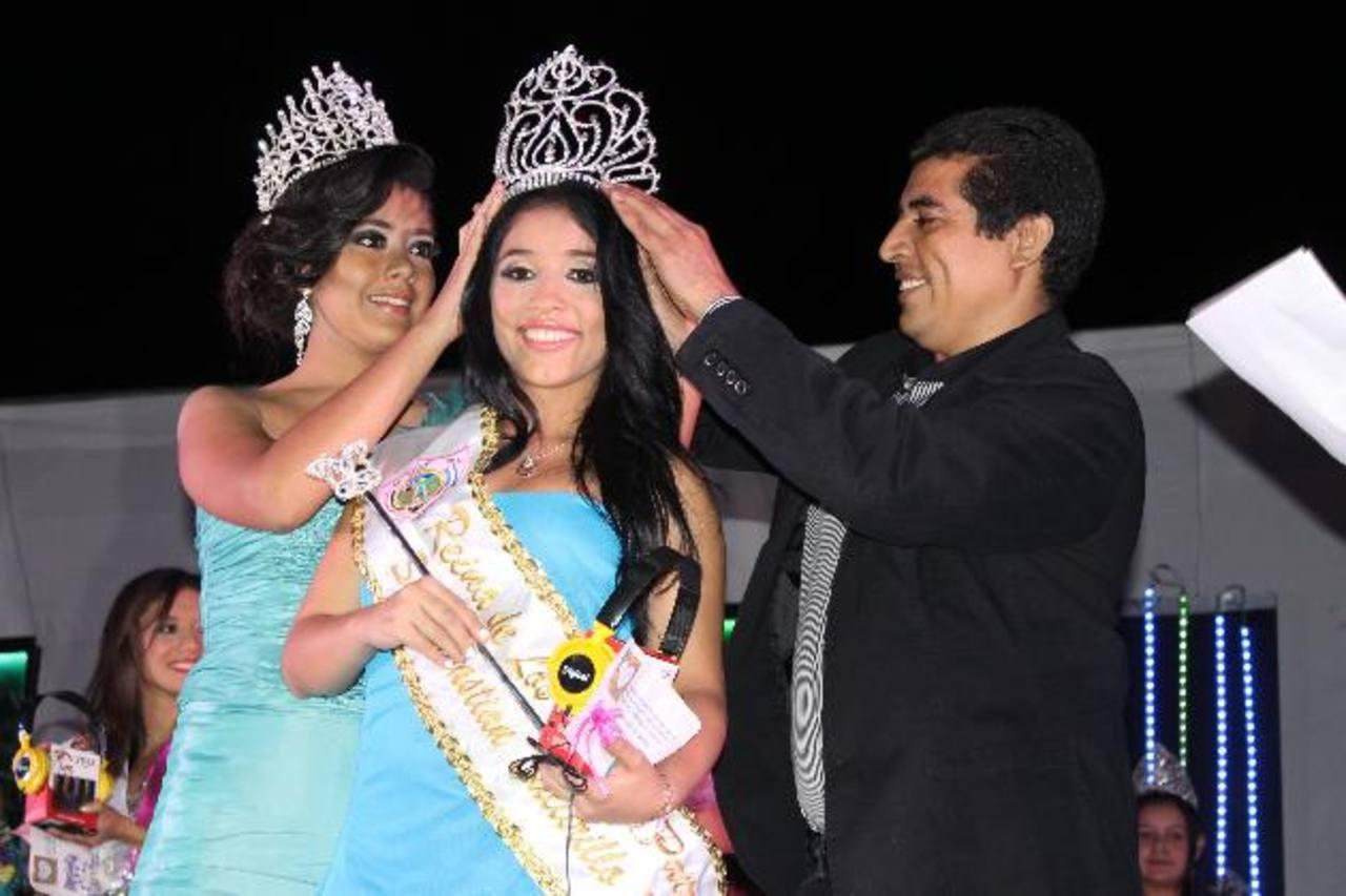 El alcalde del municipio, Francisco Castaneda, se encargó de coronar a la nueva soberana. Foto EDH / Cristian Díaz