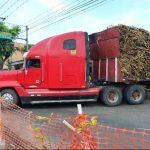 Las rastras transitan en diferentes zonas del país, por lo que azucareros invierten para tener buenas calles. foto edh /César Avilés