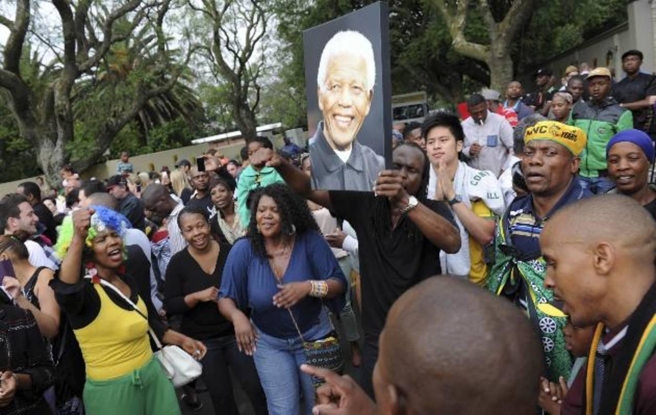 Muchos se reúnen frente a la casa de Mandela para rendirle homenajes. foto edh / Reuters