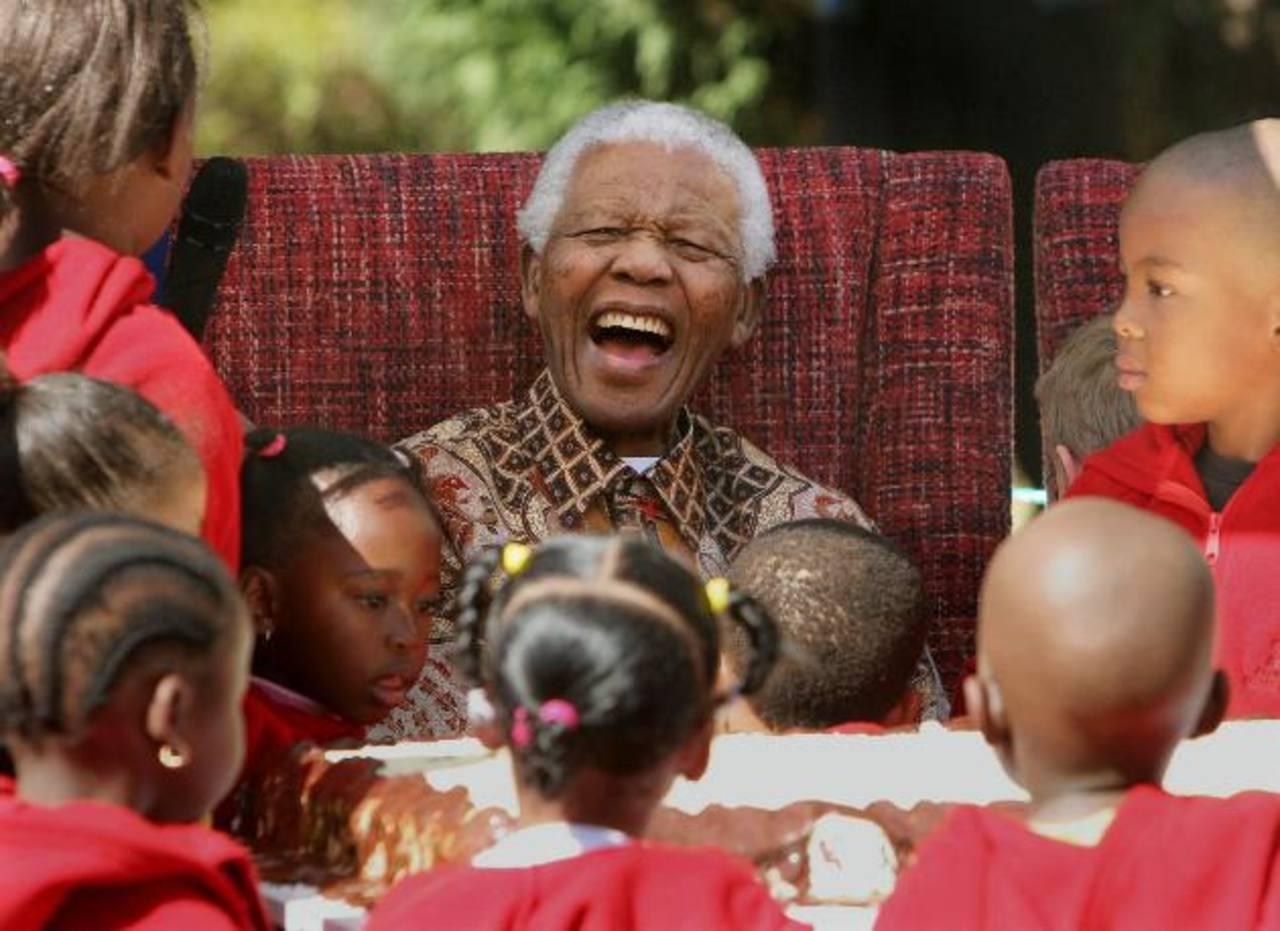 El expresidente sudafricano Nelson Mandela murió hoy, a los 95 años, tras un largo padecimiento respiratorio. Foto/ AP- Archivo
