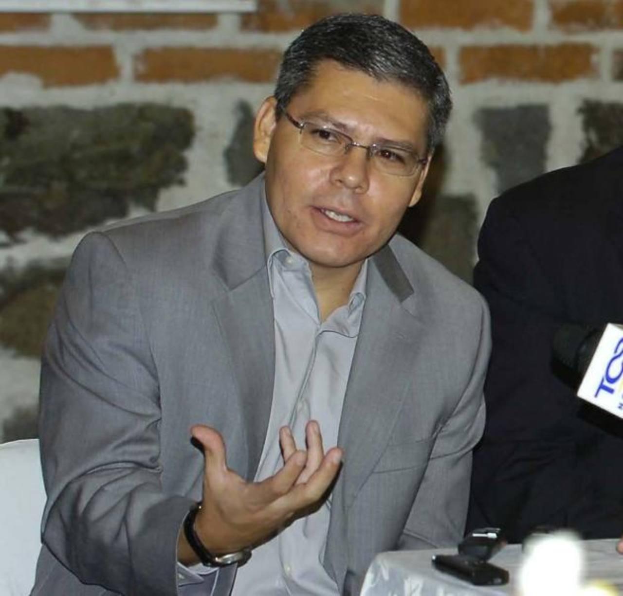 El presidente de la APES, José Luis Benítez, cuestionó también al presidente Mauricio Funes por reservar la información de sus viajes, cuando debe de ser pública.