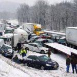 Tramos de la autopista Turnpike en Pensilvania fueron bloqueados a raíz de choques múltiples en las resbalosas pistas cubiertas de nieve. Foto/ AP