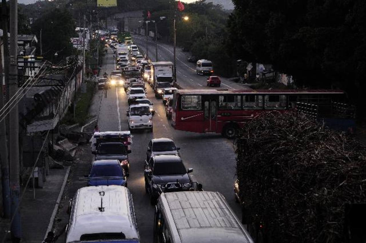 La vía lució abarrotada de automotores y eso que Fovial solo señalizó la zona. foto edh / jorge reyes