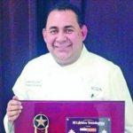 El chef salvadoreño Ricardo Cardona muestra el premio Latino Trendsetter 2013. Foto edh