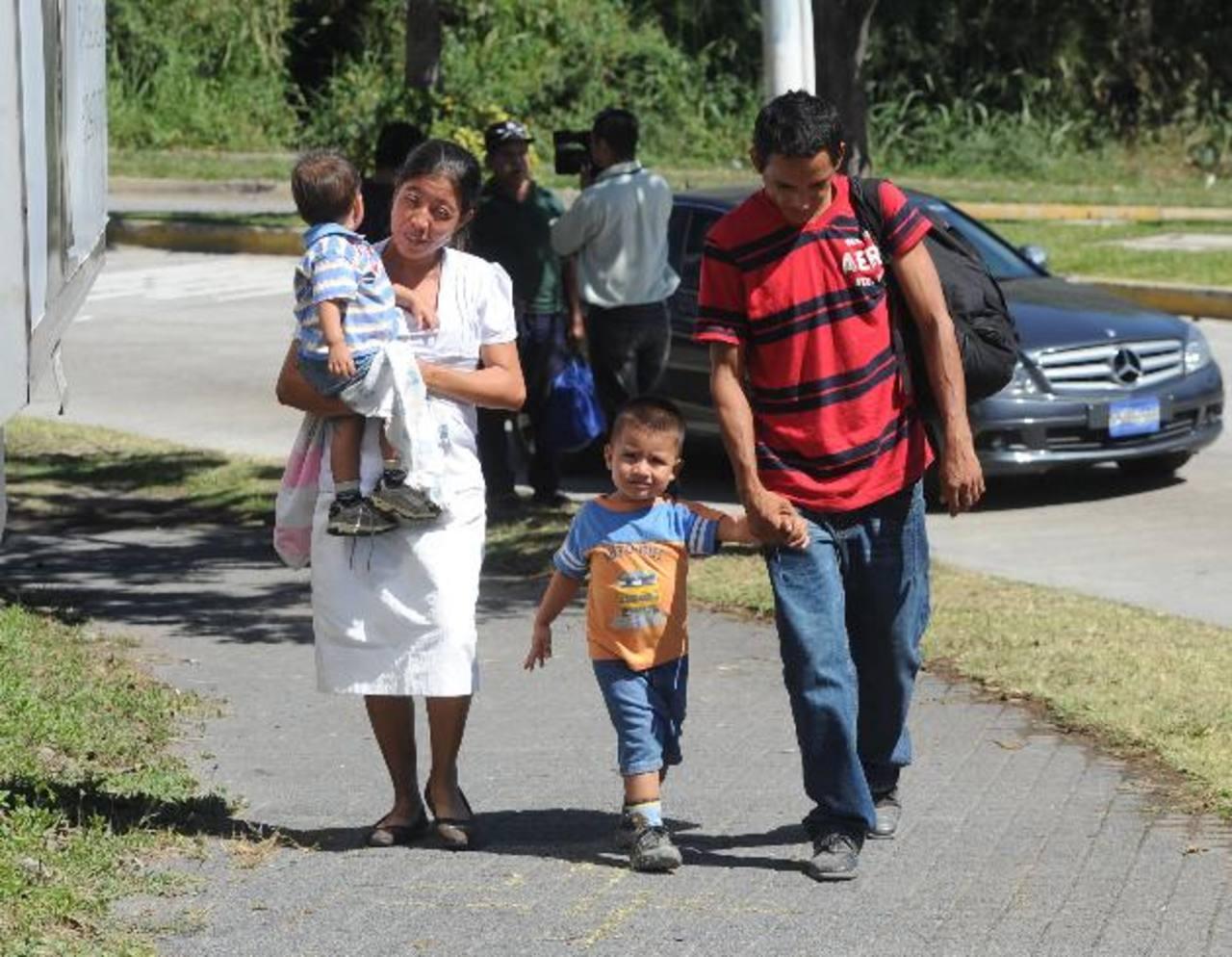 La familia Hernández caminó varias cuadras desorientada.