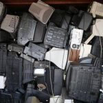 La montaña de refrigeradores , teléfonos celulares, televisores y otros desperdicios electrónicos desechados anualmente va a aumentar en una tercera parte para el 2017, según estudio de la ONU . Foto/ AP