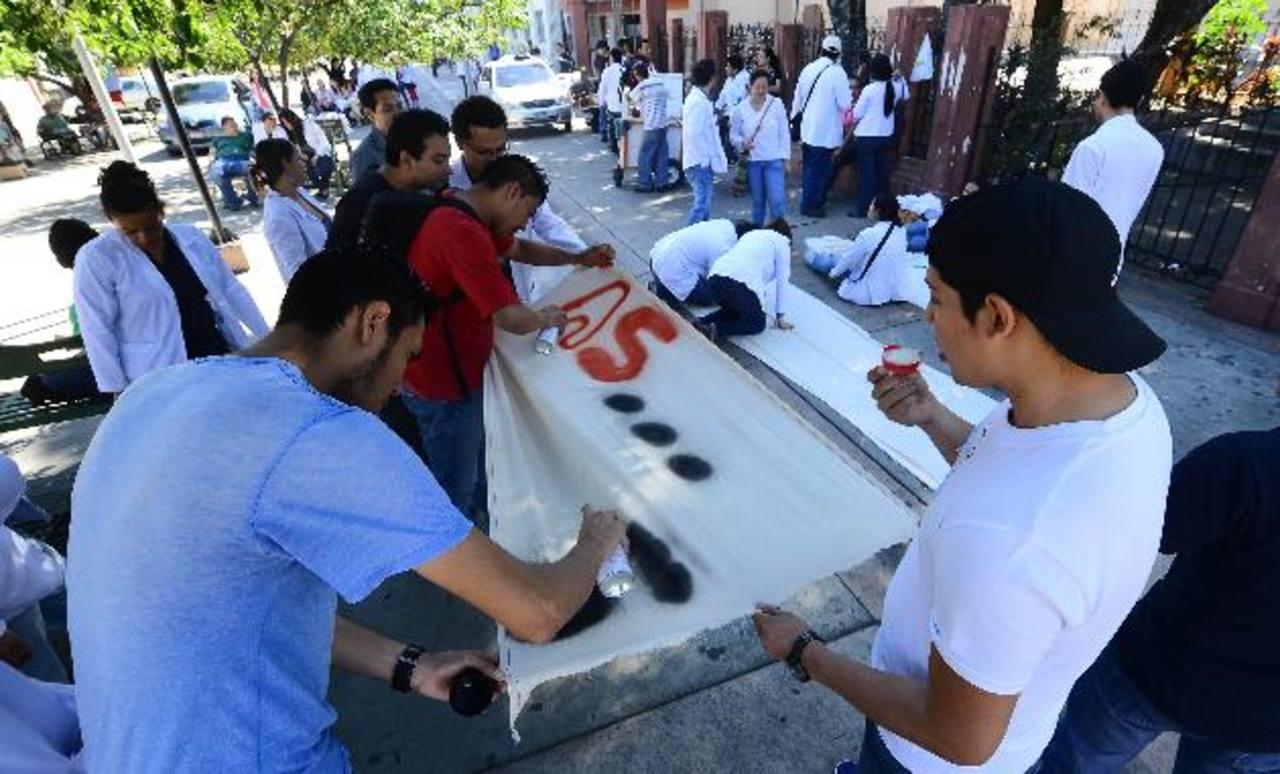 Los estudiantes de medicina de distintas universidades prepararon ayer distintos recursos para la marcha. Foto EDH/Mario Amaya