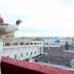 """El Papa Francisco da la bendición navideña """"Urbi et orbi"""" ante la multitud congregada en la Plaza de San Pedro, ayer 25 de diciembre. foto edh / reuters"""