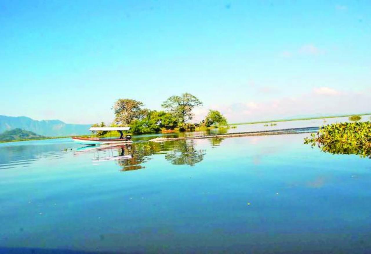Los lancheros y comerciantes que laboran en los alrededores de la laguna de Olomega urgen que se les apoye para impulsar el turismo en la zona. FOTOs EDH / insy mendoza
