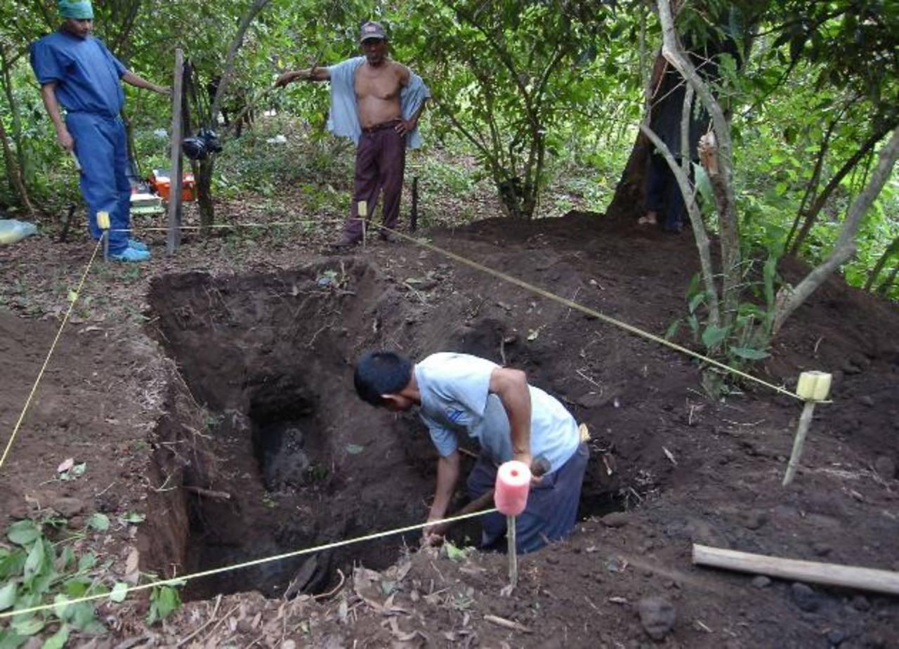 Autoridades continuarán con las labores de excavación en Lourdes, Colón, La Libertad, pues sospechan que podrían haber unos 25 cadáveres más enterrados. Foto/ Archivo