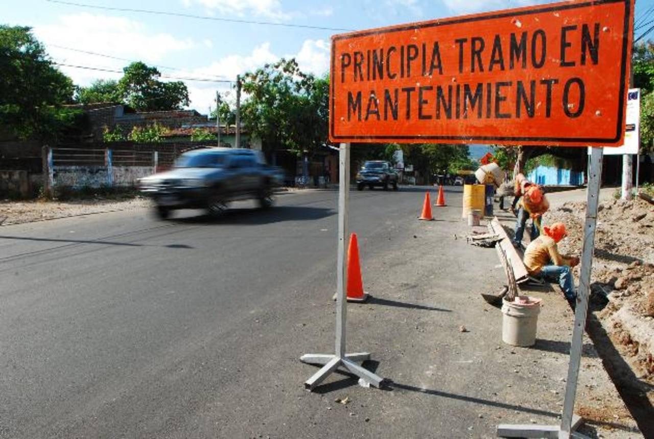 La mayoría del trabajo ya se ha realizado y solo ultiman detalles; ofrecieron un bulevar y aun falta colocar los separadores de carriles. Foto EDH / Francisco Torres