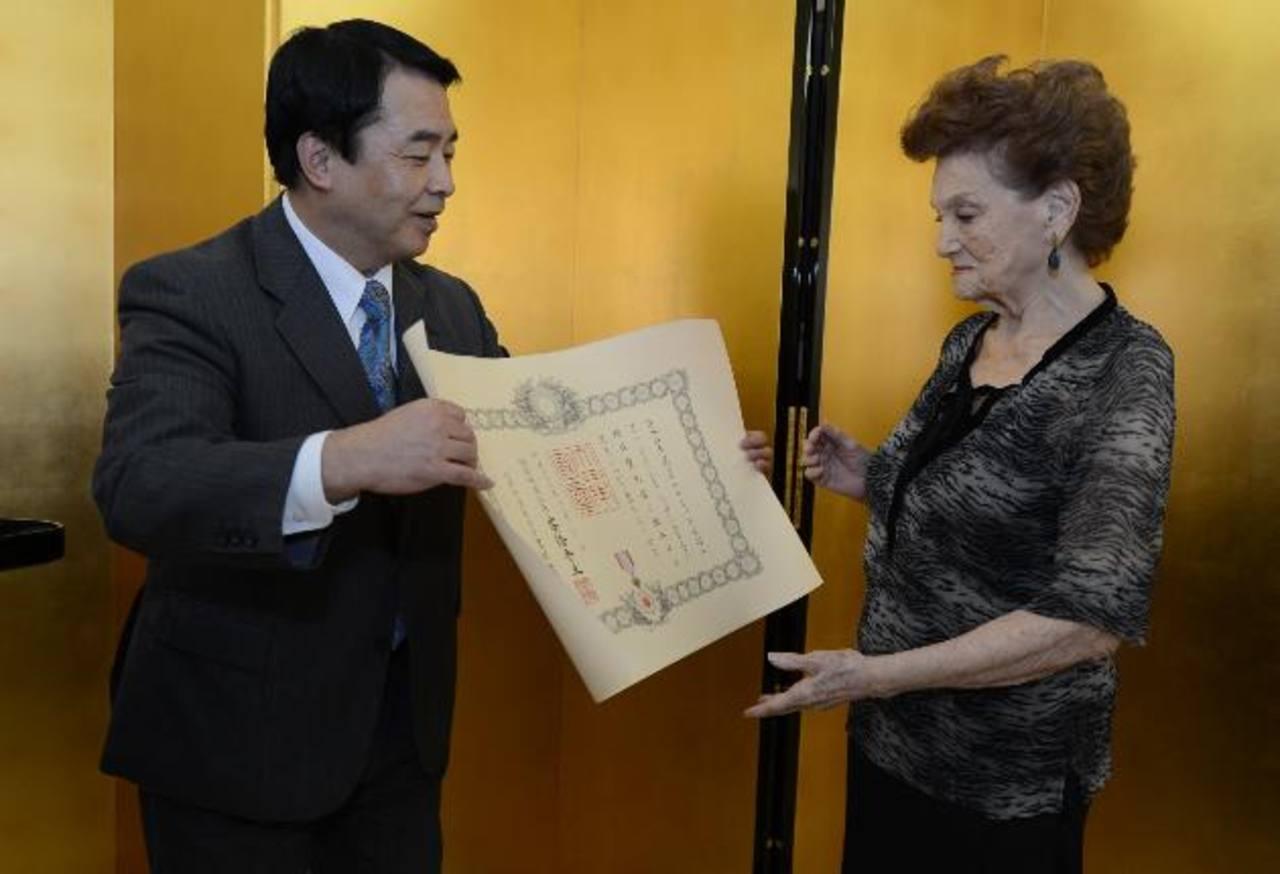 Embajador de Japón entrega reconocimiento a Emma de Martínez. Foto EDH/ mauricio caceres