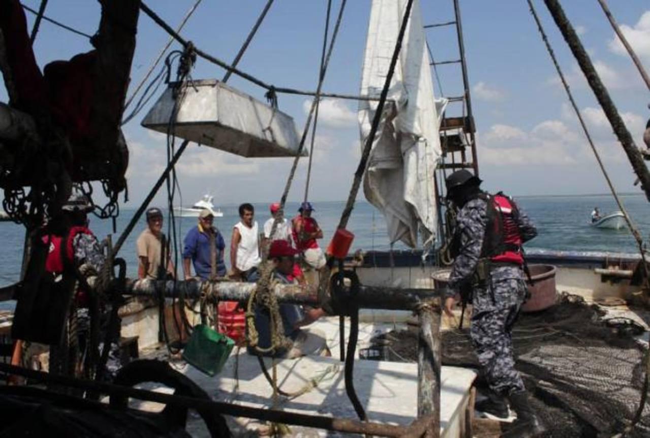 Este barco de pesca industrial fue pillado pescando a dos millas marinas. Su capitán está entre las cinco personas detenidas ayer durante un operativo sorpresa. Foto EDH / M. Medio Ambiente.