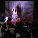 La reina del carnaval migueleño viajaba en la carroza que patrocinó su barrio, minutos antes de que una pantalla de televisión cayera sobre ella y la lesionara. Foto EDH / Marlon Hernández