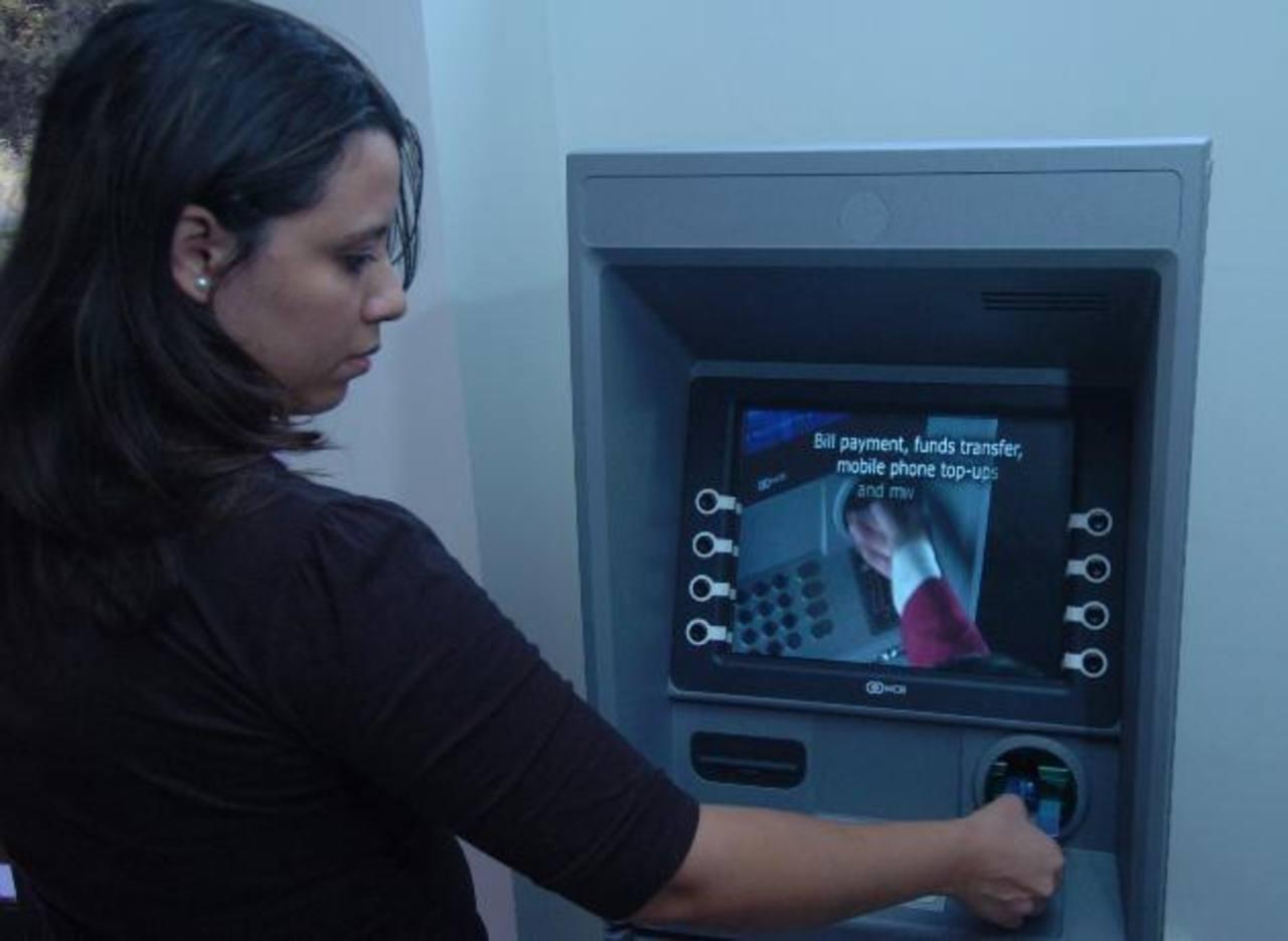En el país existen más de 1,500 cajeros automáticos, distribuidos a nivel nacional. Foto EDH