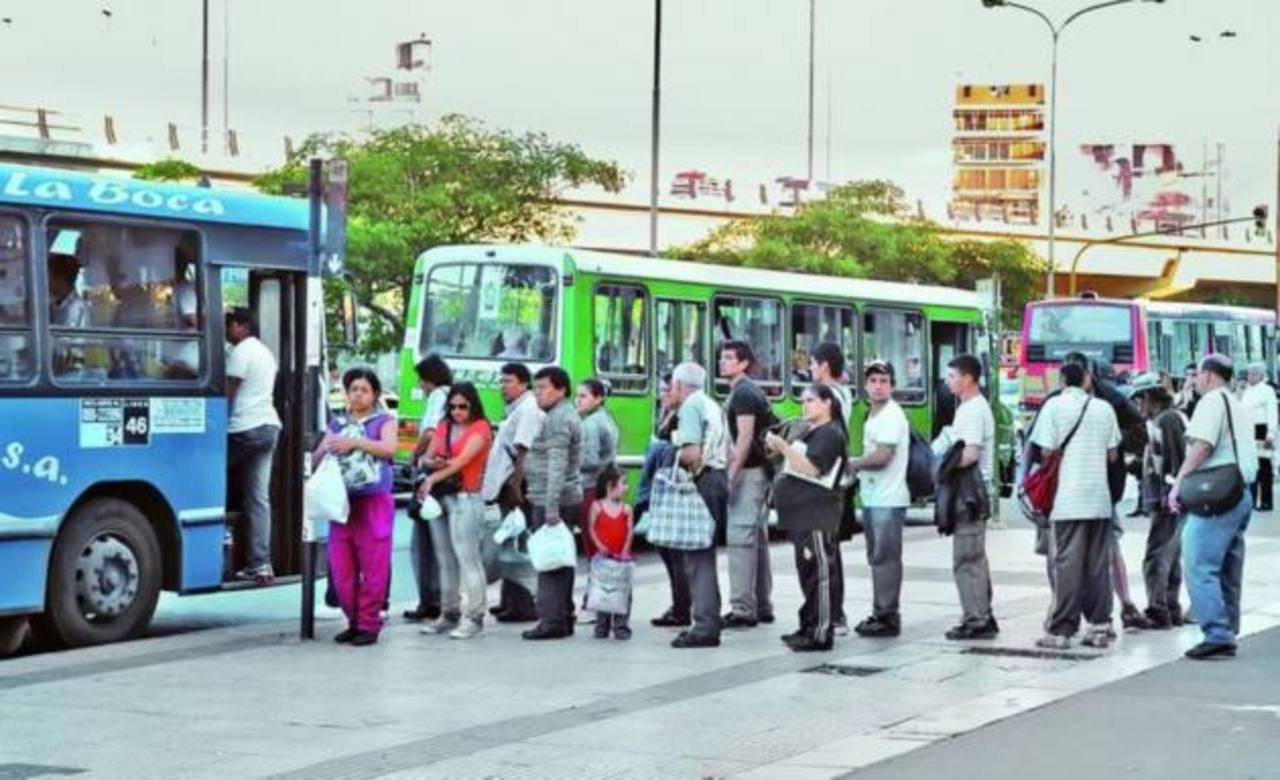 Según el Ministerio de Transporte argentino, la tarifa de los colectivos que circulan por el área metropolitana aumentará a partir del 1 de enero. foto EDH / archivoUn usuario del colectivo de Argentina usa su tarjeta del Sistema Único de Boleto Elec
