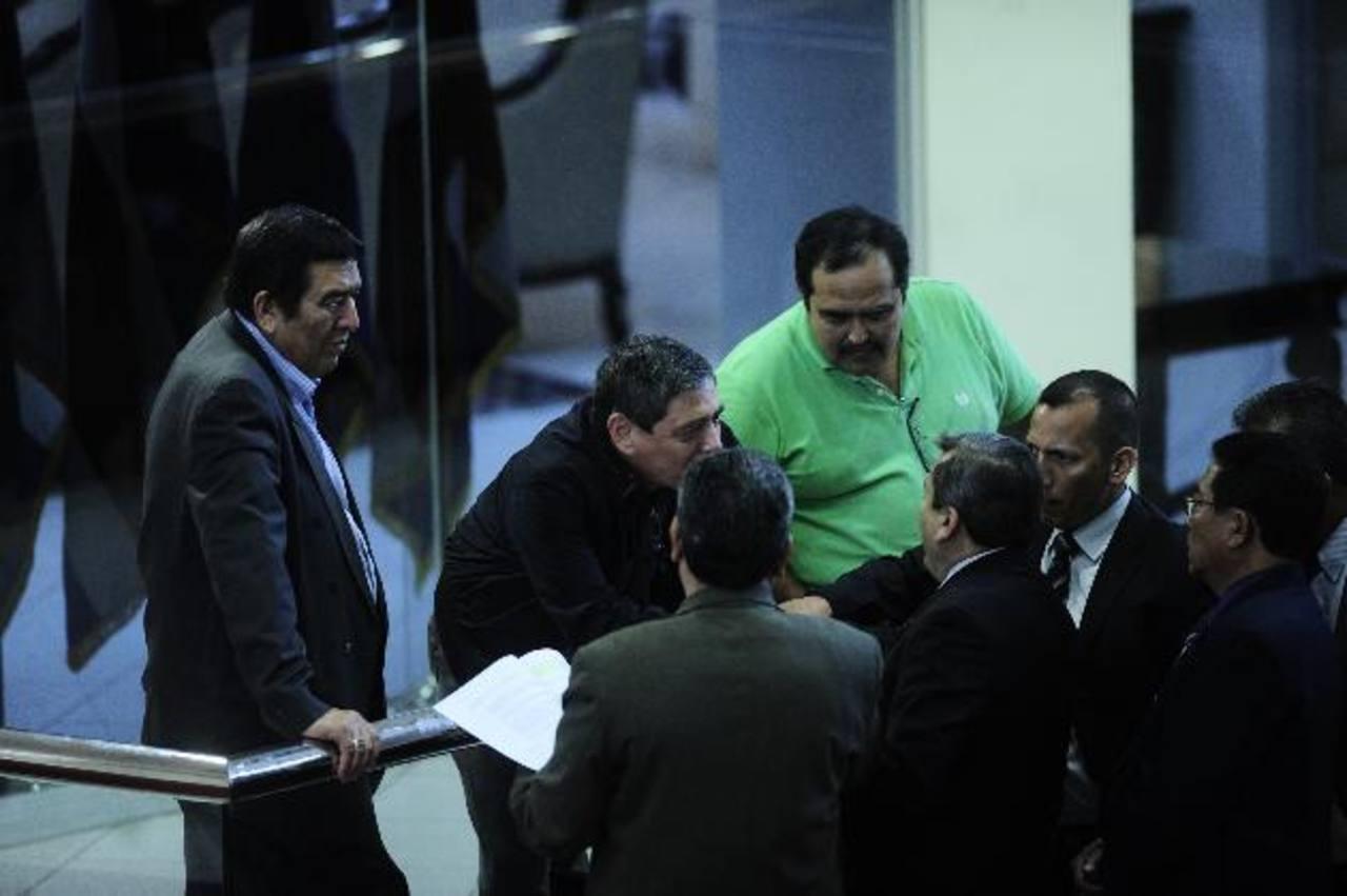 Los diputados avalaron por unanimidad el subsidio de $200 a microbuses y $400 a buses por mes. Foto edh / jorge reyes