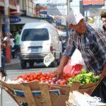 Vendedores ambulantes firmaron un acuerdo con el alcalde usuluteco para poder vender en diciembre. FOTO EDH/Archivo