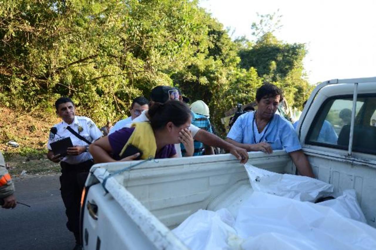 Dos de las víctimas murieron en el instante en el lugar del accidente en la curva conocida como la Cruz Verde a un kilómetro del centro de San Vicente. FOTO EDH / CLAUDIA CASTILLO.