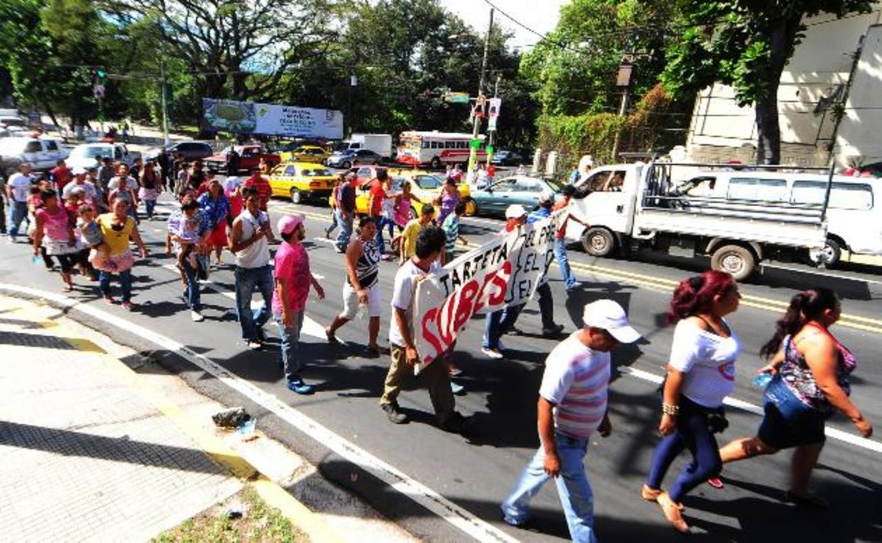Los vendedores salieron de la plaza Salvador del Mundo hacia la Asamblea en protesta contra el cobro electrónico. Foto eh /