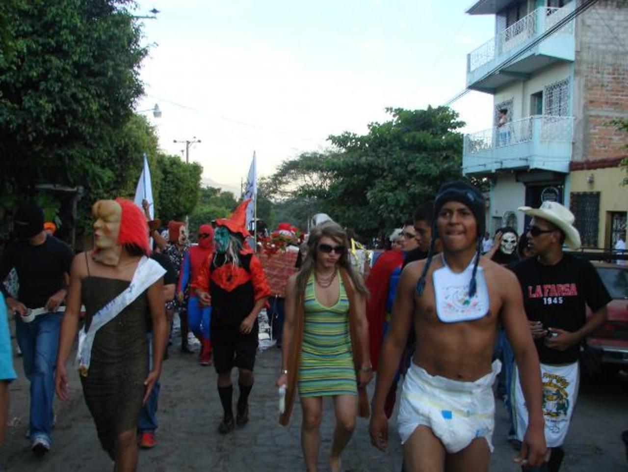 Desinhibidos al máximo, así lucen los integrantes de La Farsa cuando se trata de desfilar cada 28 de diciembre por las principales calles vicentinas. foto edh/ cortesía josé juan rodríguez