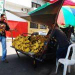 La comuna pretende que las ventas no obstaculicen el paso de vehículos en las calles céntricas. Foto EDH/ francisco torres