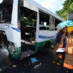 Efectivos del Cuerpo de Bomberos inspeccionan el microbús de la ruta 11 en el que transportaban fulminantes. Varias personas resultaron lesionadas, a finales de noviembre. Foto EDH / ARCHIVO